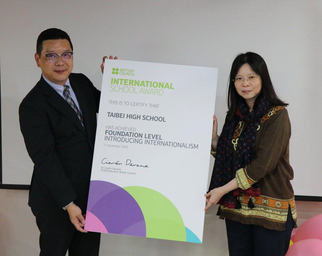 泰北高中校長陳建佑(左)代表該校,獲英國文化協會頒發ISA國際學校獎認證。 校方...