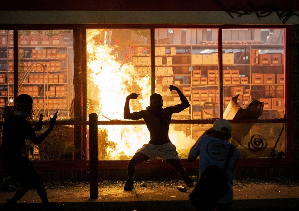 美國明尼蘇達州因「佛洛伊德警暴死亡案」,明尼亞波里斯「雙城區」一連爆發3日夜的街...