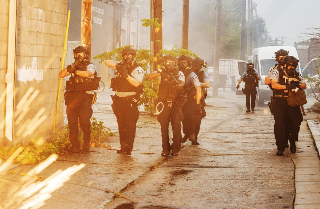 「雙城區即刻進入『緊急狀態』...州政府已請求『明尼蘇達國民兵』上街支援。」 圖...