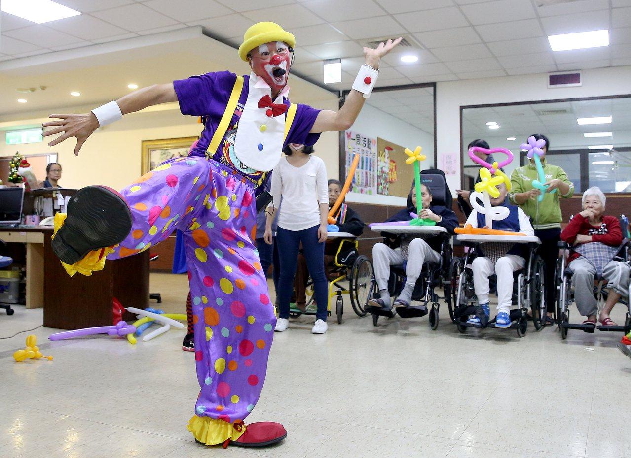 黃世岱四年前退休後返台,以自己英文名稱「Dan」的諧音,搖身一變成為綽號「小丑蛋...