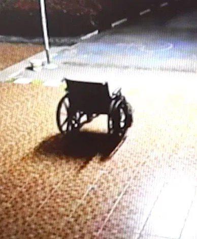 監視器拍下輪椅自己移動到門口,令人毛骨悚然。圖擷自太陽報