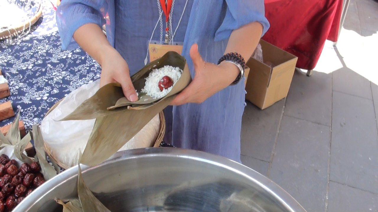 生活中許多家政或烹飪專長,李明倫認為傳承很有價值。 圖/蔡維斌 攝影