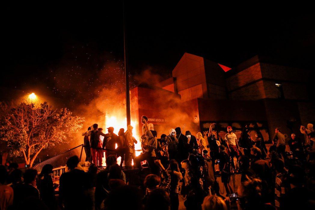 連續包圍警察局的示威群眾,已於28日晚間攻入出事警察所屬的明尼亞波利斯第三分局,...