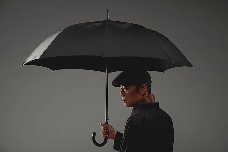 《雨中戲臺》以導演王榮裕的生命故事為藍本,並特邀三金影帝吳朋奉擔綱男主角志成,透過他展開對於小生母親月鳳的一生追憶。 圖/陳少維攝,金枝演社提供