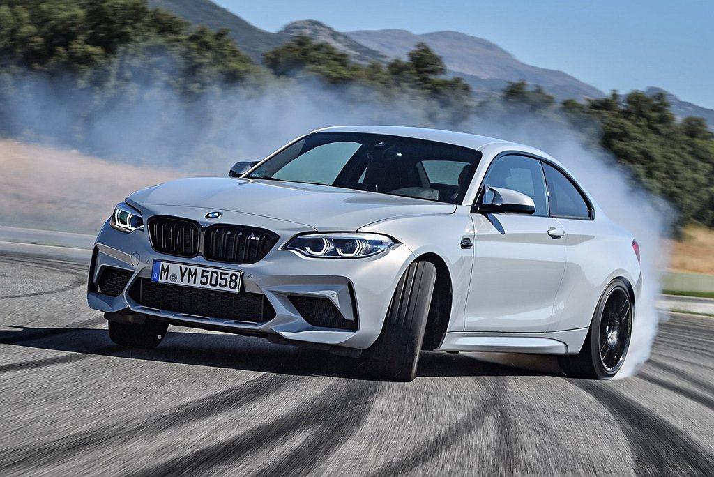 短捷車體設計、後輪驅動加上BMW操控基因,使M2成為市場上難得的樂趣小跑車。 圖...