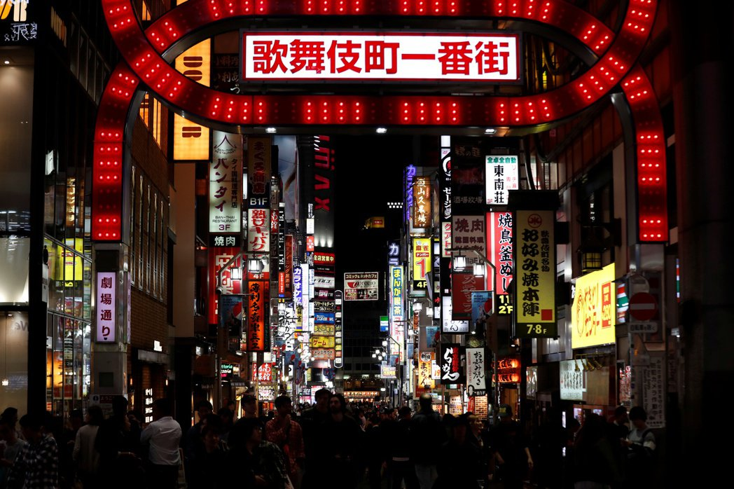 日本不得已祭出了類似柔性封城的「自主規制」手段(即「自肅」),讓經濟受到了嚴重打...