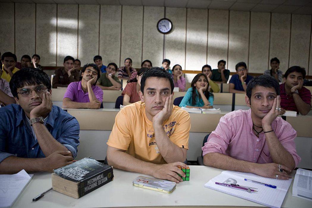 《三個傻瓜》是2009年一部寶萊塢喜劇劇情片,該片一上映就打破了印度電影的票房紀...