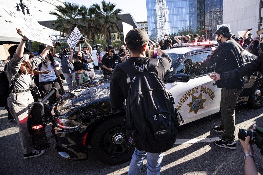 洛杉磯的群眾包圍警車抗議。 圖/歐新社