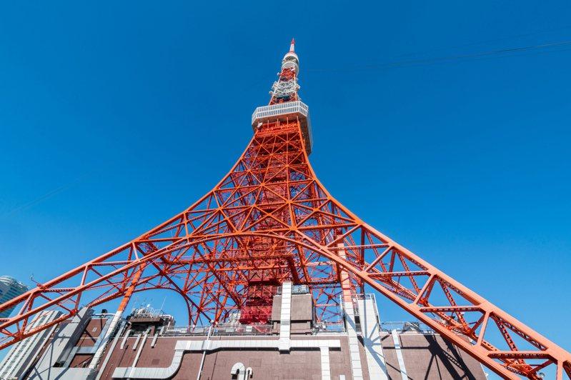 日本東京鐵塔28日重新開放,但為避免群聚感染,一般民眾不能搭乘電梯,想上觀景台必須徒步走600階的樓梯。 圖/ingimage