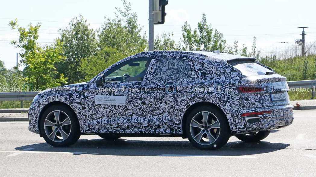 全新Audi Q5 Sportback偽裝測試車。 摘自Motor 1