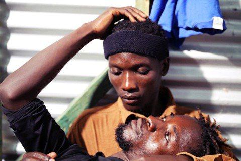 圖為今年2月,肯亞卡庫馬難民營內,兩名來自烏干達的LGBT難民。 圖/路透社