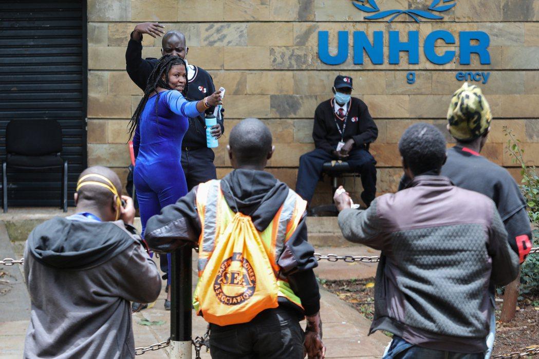 今年四月,UNHCR在奈洛比的辦公室外。一名LGBT難民在指控遭到保全與警方毆打...