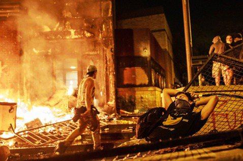 燒毀第三分局的示威者。 圖/法新社