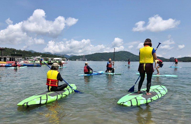 入夏了,到日月潭可玩SUP立式划槳,感受水上樂趣。 歐都納/提供