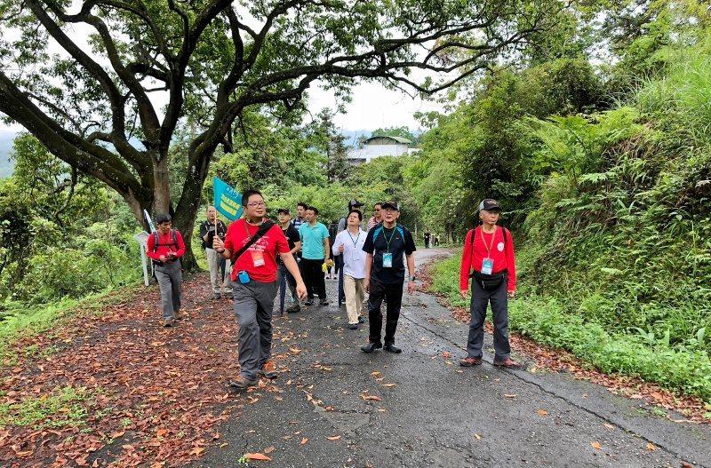 「脊樑山脈旅遊」是日月潭國家風景區管理處今年推動重點。圖為踩線團28日到貓囒山,...