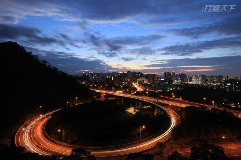 獅頭山是攝影玩家都知道新店弧形雙軌國道取景最佳位置。(攝影/Migrs)