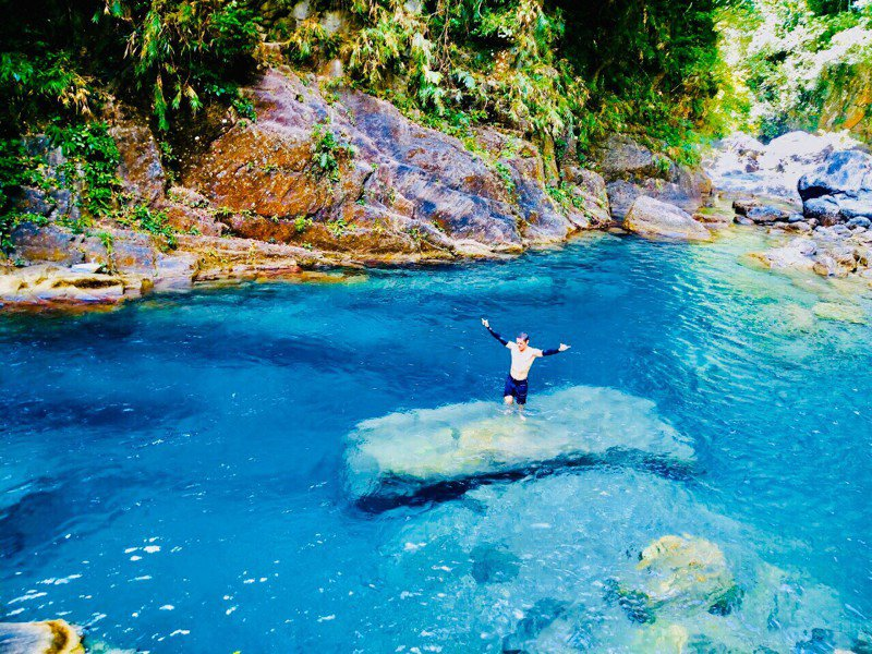 清澈透亮的水色,近看碧綠、深一點的則呈現神秘的藍色。