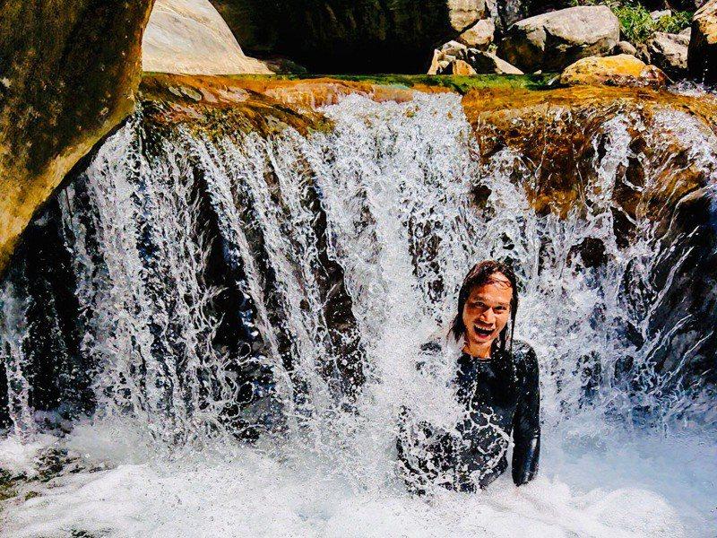 站在小瀑布下方,就是最天然的水療拍打SPA。