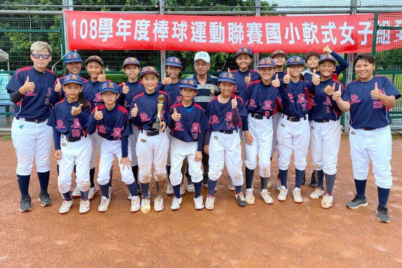 台北市立農國小抱回108學年度國小軟式聯賽女子組冠軍。 學生棒球聯盟提供