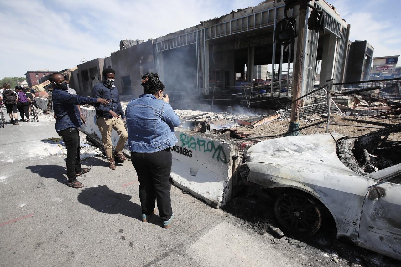 警察致黑人死亡示威變暴亂 州長動用國民兵與緊急狀態