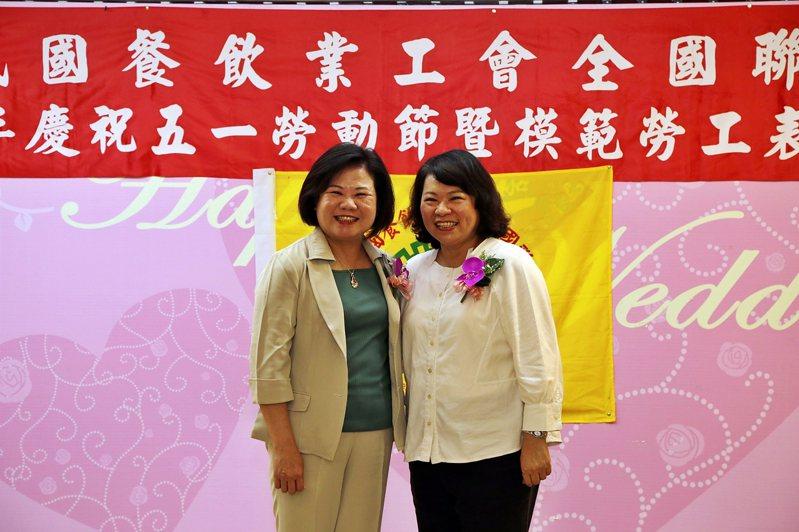 勞動部長許銘春、嘉義市長黃敏惠昨天都出席模範勞工表揚大會。記者卜敏正/翻攝