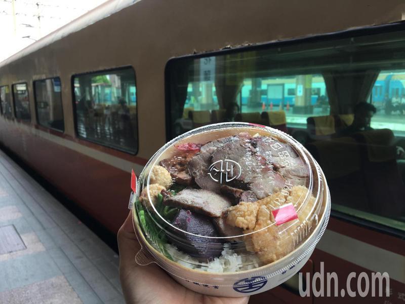 台鐵局說,6月1日起維持社交距離,可在列車上飲食。本報資料照片