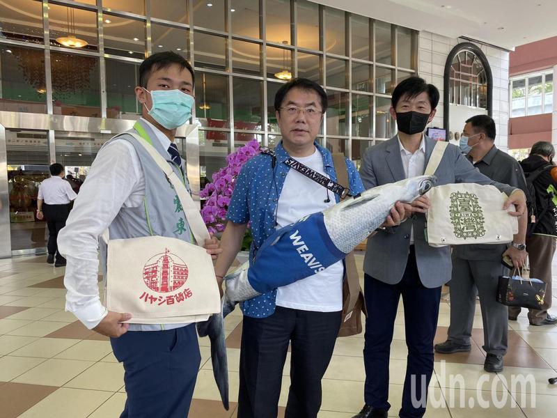 台南市長黃偉哲明天將送「防疫五月天」黑面琵鷺襯衫、虱目魚包以及林百貨、合成、廣富號帆布包。記者鄭維真/攝影