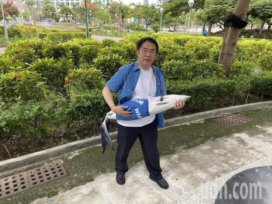 台南市長黃偉哲明天將送「防疫五月天」黑面琵鷺襯衫和虱目魚包。記者鄭維真/攝影