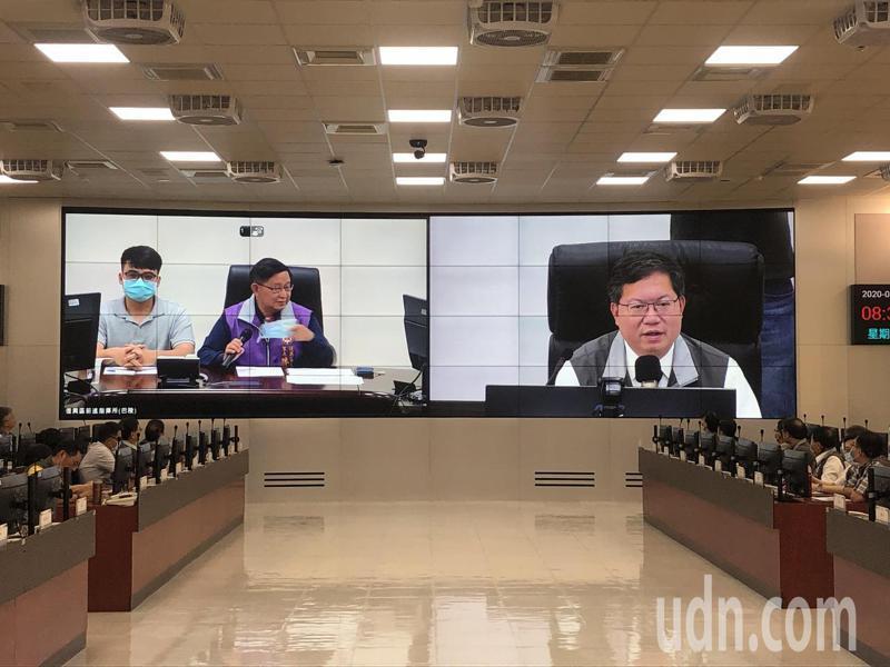 桃園市長鄭文燦(右)和華陵里里長陳榮光(左)視訊連線。記者曾健祐/攝影