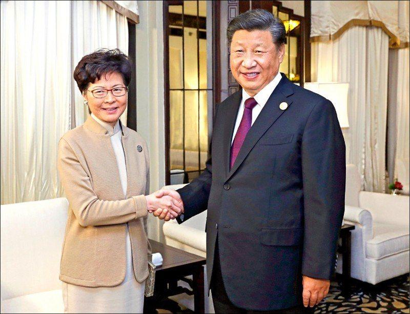 香港特首林鄭月娥(左)與中共中央總書記習近平(右)。圖/取自美聯社