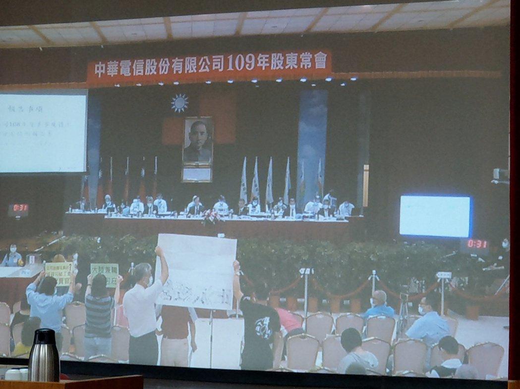 中華電信員工股東發言踴躍,延宕議程。記者黃晶琳/攝影