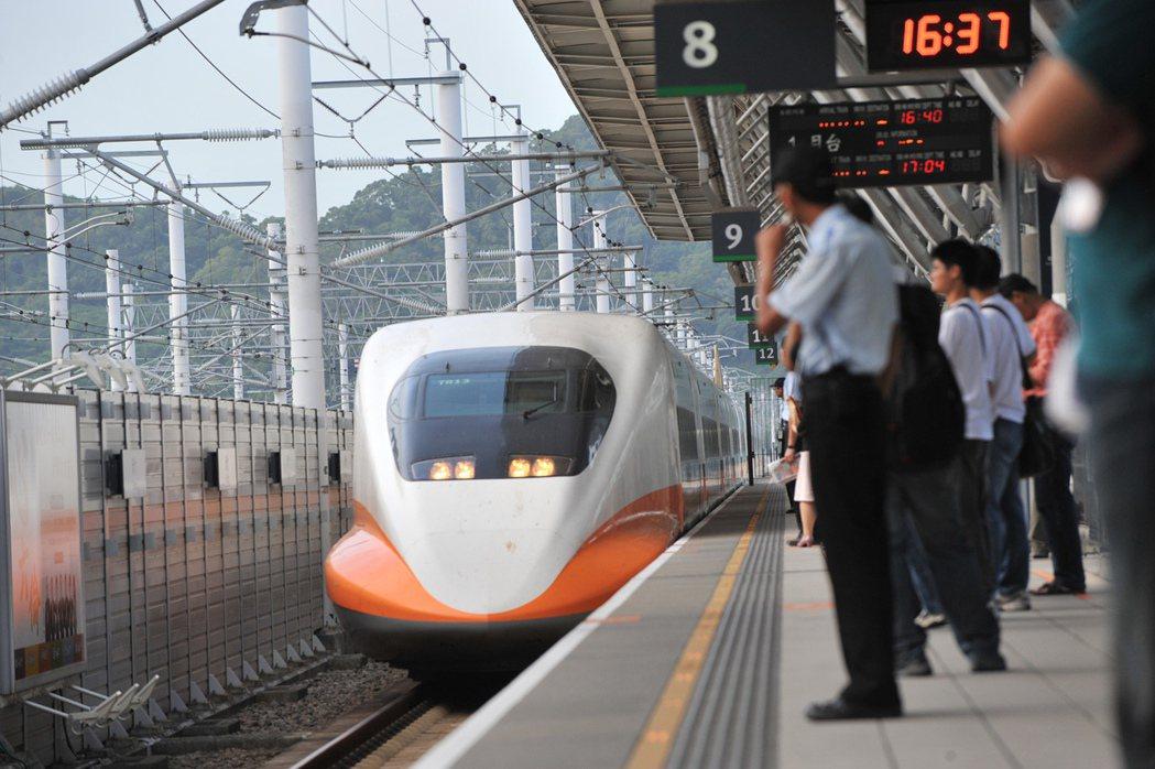 台灣高鐵公司說,依據交通部政策並配合國內疫情緩解,將自6月1日起,開放旅客在保持...