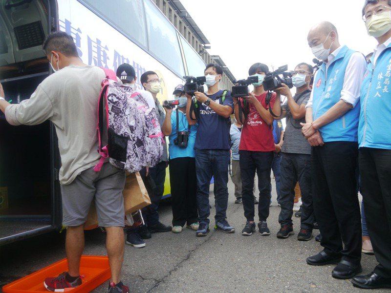 上岸漁工陸續搭乘防疫專車前往防疫旅館接受14天檢疫。記者徐白櫻/攝影