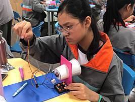 光武國中的看,聲音在跳舞主題課程,學生手作創意喇叭。圖/新竹市政府提供