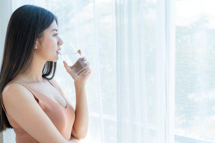 睡前灌一公升水有助於避免隔天宿醉。圖/freepik