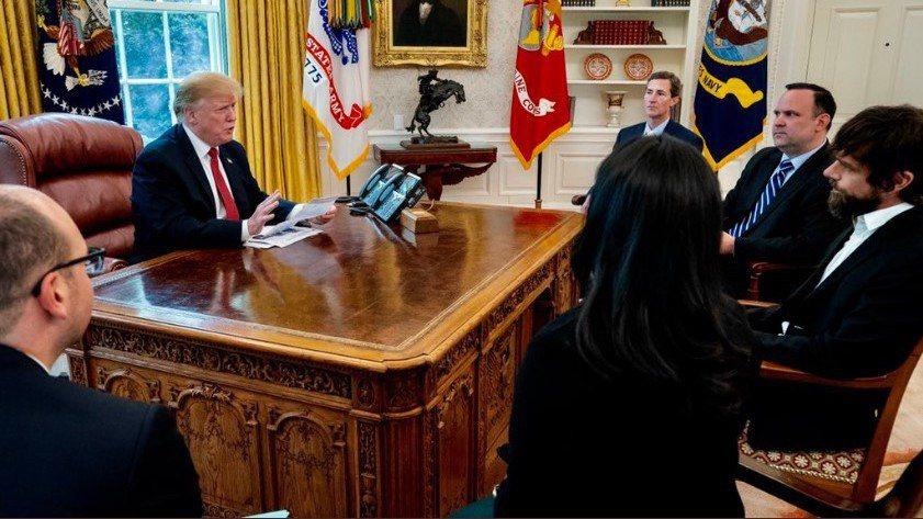 美國總統川普要管控社群平台業者的內容審查權力。圖為川普(左二)2019年4月在白...