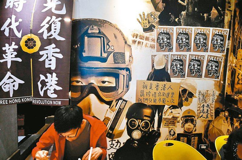 蔡英文總統日前表示考慮「停止港澳條例一部或全部之適用」,引來正反討論,圖為香港律師黃國桐在台北公館開的「保護傘」餐廳。法新社