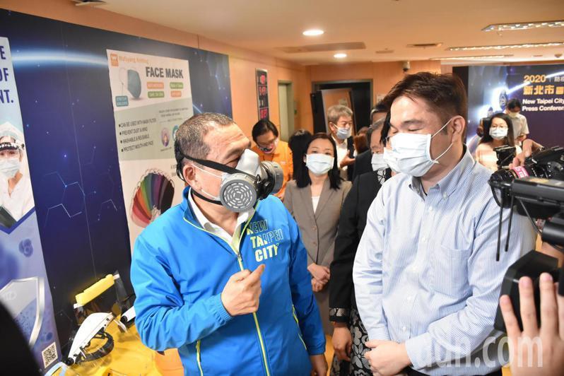 新北市長侯友宜(左一)試戴防護面具。記者江婉儀/攝影