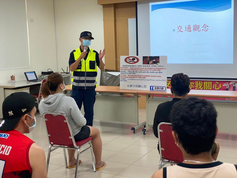 最近常有移工酒駕雖都易科罰金,但不久就遭強制解聘遣送回國;警方宣導呼籲移工遵守台灣法令。圖/警方提供