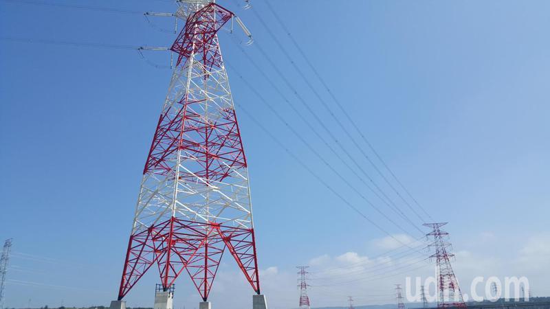 台電配合通霄火力發電廠擴建更新計畫施設的「通霄-義和34萬5000伏特」輸電線路工程已完工供電。記者胡蓬生/攝影