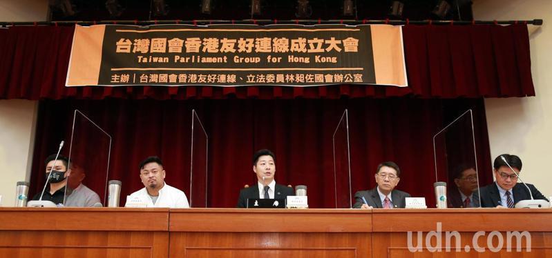立委林昶佐(中)、洪申翰(左二)上午舉辦「台灣國會香港友好連線」成立大會,邀請陸委會副主委邱垂正(右)、香港邊城青年Kuma(左)、立法院秘書長林志嘉(右二)與黨內立委出席,一同為香港民主發聲。記者許正宏/攝影