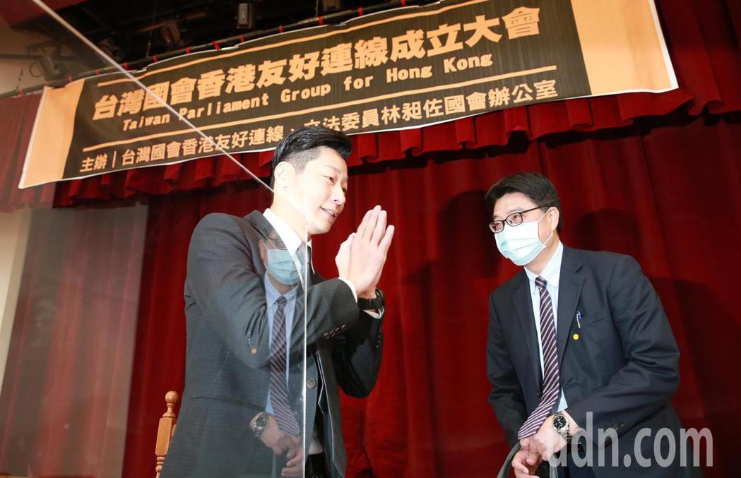 立委林昶佐(左)上午舉辦「台灣國會香港友好連線」成立大會,邀請陸委會副主委邱垂正...