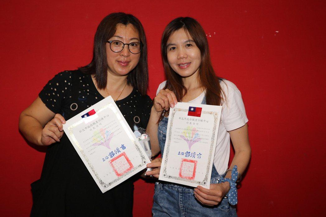 來自中國大陸的朱偉蘭(右)和李彥霖(左)完訓128小時。記者施鴻基/攝影