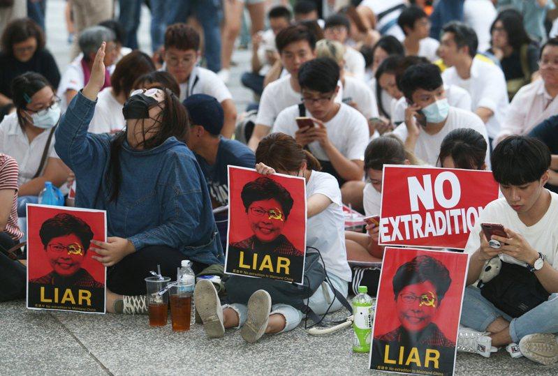 中共人大28日表決通過制訂港版國安法,有大學校長預料未來將有大批港澳生到台灣就讀,圖為去年在高雄求學的香港學生與民眾聲援反送中。圖/聯合報系資料照片