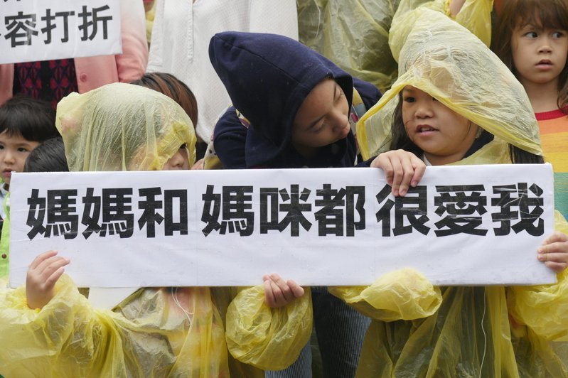 台灣同志家庭權利促進會觀察,2010年開始有同志伴侶遠赴國外接受人工生殖,如今同志團體更希望政府開放,不論小孩與同婚者有無血源,都可共同收養。圖/婚姻平權大平台提供
