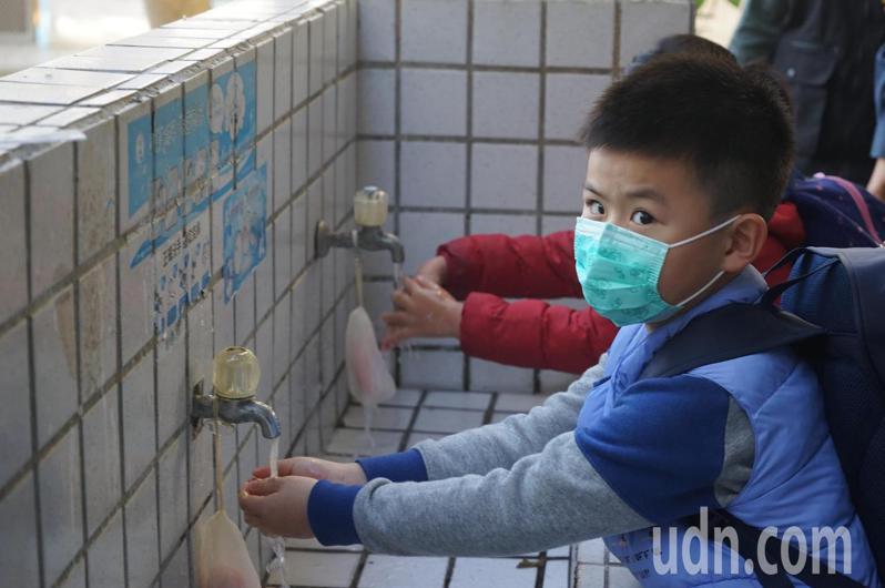 花蓮縣府今天宣布6月1日起放寬學校等室內公共場所戴口罩規定,但提醒民眾還是要維持正確洗手等良好生活習慣。記者王燕華/攝影