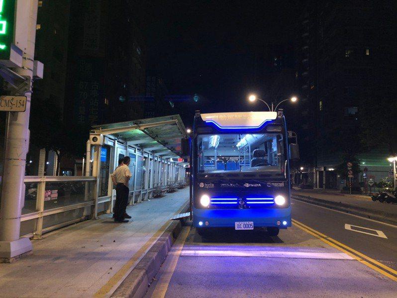 北市府與廠商合作的「信義路公車專用道自動駕駛巴士創新實驗計畫」,總算在本周展開測試,不過,預計明天凌晨舉辦公開上路測試儀式,市府考量近來夜間下雨取消。圖/交通局提供