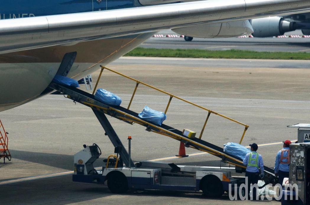 越南應民眾要求解除境管,由越南航空首次派遣專機來台接回僑民,部分托運行李還特別包...