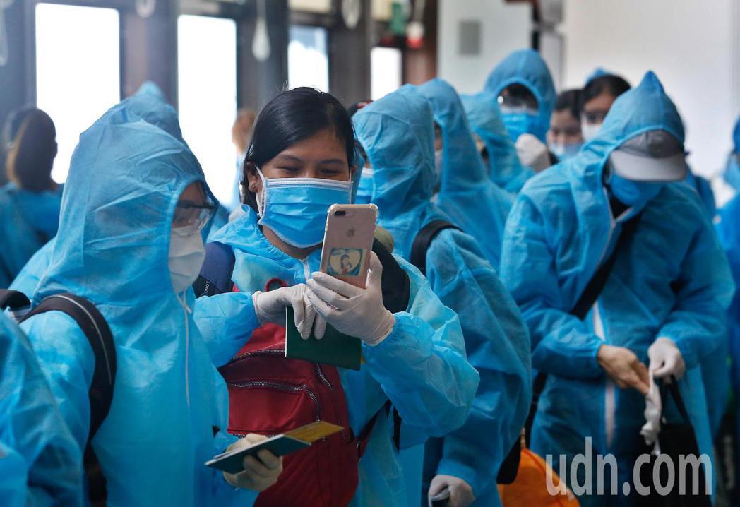 越南應民眾要求解除境管,由越南航空首次派遣專機來台接回僑民,由於只能接回三百多人...