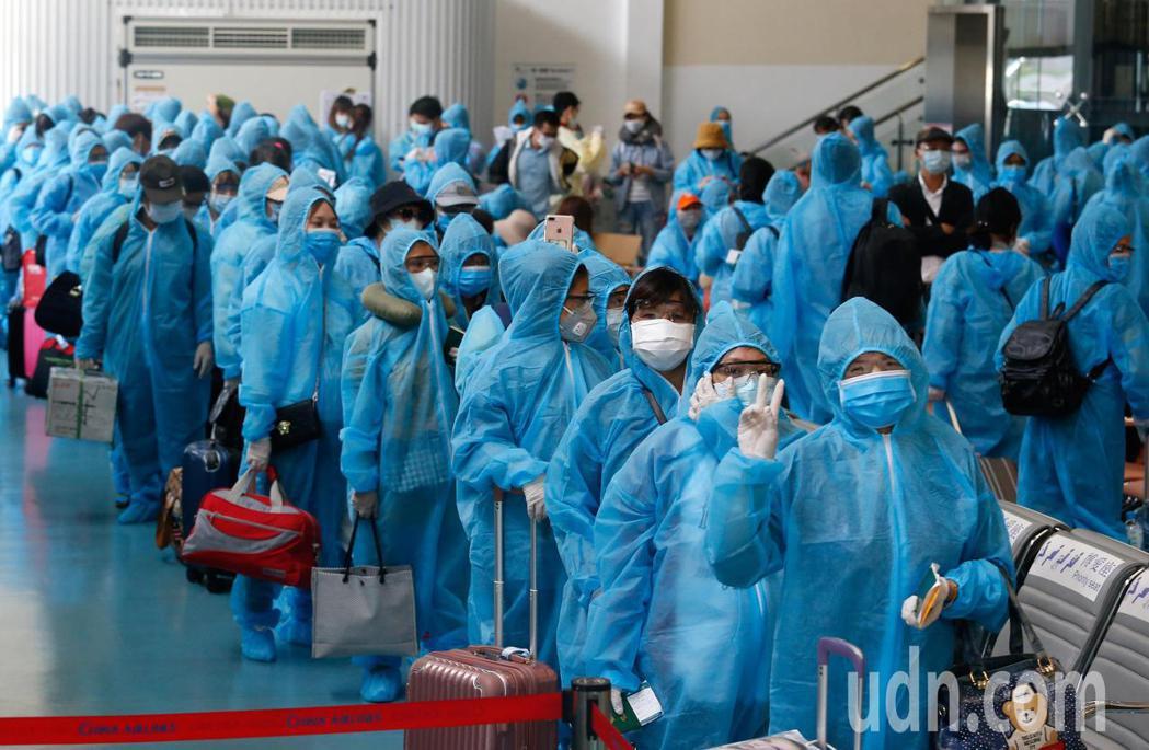 越南應民眾要求解除境管,由越南航空首次派遣專機來台接回僑民,旅客登機前開心地說,...